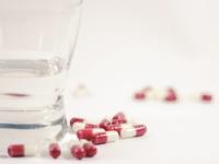 Zapíjate lieky? Najlepšia je čistá voda